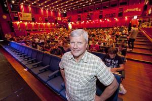 """V-ledaren talade. Lars Ohly talade på Ung Vänsters kongress i Sandviken. """"Borgarna är de som går bakåt – det är vi som står för framtiden och driver Sverige framåt"""" sa han."""