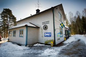 I alla år har man sett det blågrå huset efter riksväg 50, på gränsen till Nora kommun. Anita Karlsson beskriver värdshuset som en plats där man ska känna sig hemma.