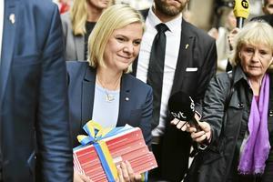 Finansminister Magdalena Andersson (S) på den årliga budgetpromenaden mellan finansdepartementet och riksdagen.