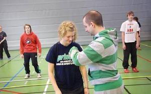 I hiphop gäller det att ha bra kroppshållning, som i all annan dans. Hanna Sundström får instruktioner om hållningen.