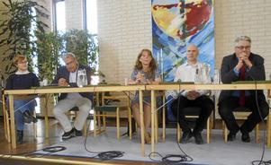 SPF Skinnarbygd ha grillat lokalpolitikerna inför valet. På bilden syns fr v Natali Johansson (L), Thomas Eriksson (L), Christina  Bäckman (M), Per Kindlund (C) samt Hans Unander (S).