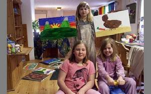 Caroline håller upp tavlor som Linnéa (till vänster) och systern Therese (till höger) hade gjort.FOTO: ANNA ENBOM