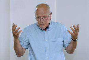Sven-Erik Alhem, före detta överåklagare är kritisk mot att granskningen kommer så sent av Flodströms fall.