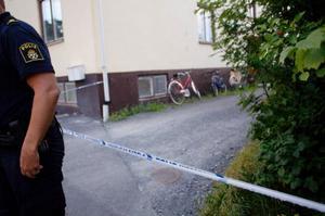 Den misstänkte mannen i 25-årsåldern ska ha plingat på dörren till bostaden som kvinnan var i och skadat henne med en kniv när hon öppnade. Mannen misstänks för mordförsök på kvinnan.