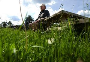 Högt gräs. Pollenallergikern Viggo Säfvelin är här på ett av sina sällsynta besök utomhus, då den höga pollenhalten i luften på grund av att det blommar i det höga gräset gör att han måste hålla sig inomhus.