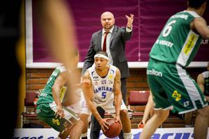 Vedran Bosnic coachar sitt Södertälje under en ligamatch mot Jämtland Basket.   Arkivbild: Stefan Lundin