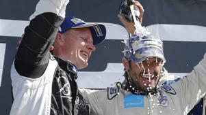 Richard Göransson hyllar prinsen på prispallen.