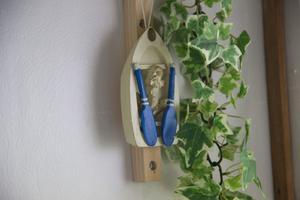 Inredningen i badrummet ger starka kopplingar till sjö och båtliv.