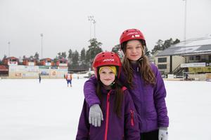 Bästa vännerna Julia Jonsson och Ida Pettersson tog chansen att öva piruetter när Sävstaås IP hade öppen åkning.