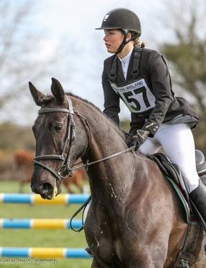 Mathilda Hammarström har debuterat i tvåstjärnig fälttävlan med sin nya häst Macaroni.