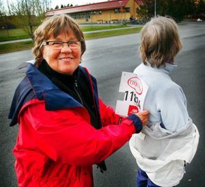 """Laila Byström försökte nåla fast Elsie Eliassons nummerlapp strax före uppvärmningen. """"Vi är veteraner för vi har varit med i alla år sedan starten 1994"""", säger Laila Byström."""