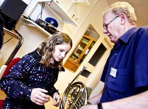 Madeleine Skoglund, 11 år, tycker att barytonhornet är kvällens höjdpunkt. Här får hon instruktioner av Christer Holmström.