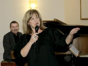 Meta Roos var glad över att få sjunga tillsammans med Pär Björcks trio. I bakgrunden syns just Pär Björck.
