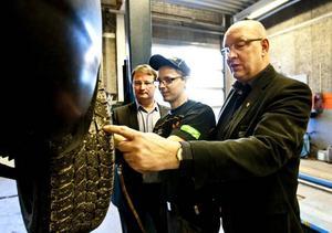 Lars Beckman och Ulf Berg inspekterar dubbdäck med däckmontören Mattias Jansson.