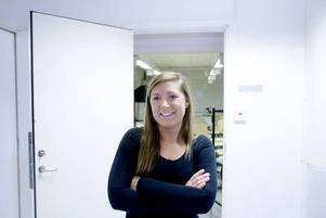 """INTE OROAD. Lina Hammarberg är en av fem tjejer på gymnasieskolans industriprogram. Hon har ännu inte börjat gruva sig för hur arbetsmarknaden ser ut när hon slutar skolan. """"Finns det inte jobb då får man väl plugga vidare"""", säger hon"""