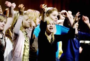 "GLAD TJEJ. Gävletjejen Isabelle Blomberg, 11, har gått på kulturskolan i tre år. Hon var inte nervös inför konserten i går. ""Det ska bli roligt,"" sa Isabelle lugnt."