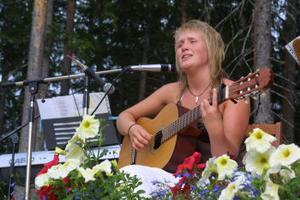 Veronica Röding sjunger och spelar med inlevelse.