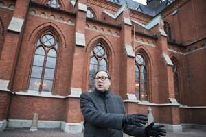 Svenska kyrkan finns även till för fattiga rumäner. Kyrkoherde Stefan Andersson i Sundsvall har sökt de tillstånd som krävs för att en handfull av tiggarnas husvagnar ska kunna ställas upp vid GA-kyrkan.