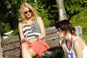 repar. Filmens två huvudrolls-innehavare, Linda Molin och Fanny Ketter repeterade inför sin scen vid strandkanten.