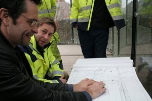 Mattias Björkdahl, NCC, tittar på skisserna över det nya Järntorget.
