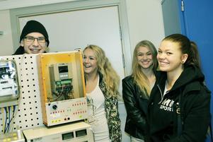 Studiekamraterna Lucas Drougge, Ida Lindberg, Ronja Björling och Anna Lindström som läser andra året vid Rodengymnasiets el- och energiutbildning i Norrtälje är förvissade om att praktiken är en utmärkt ingång till arbetslivet.