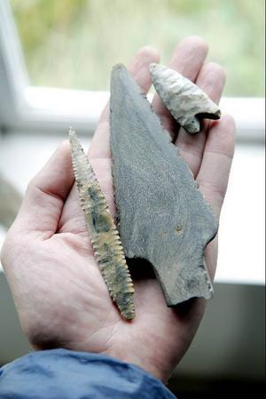 Tre pilspetsar för båge och spjut hittade Kaj på Höjda längs gamla vägen i Lorås. De två mindre pilspetsarna är i flinta.