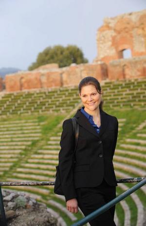 För 30 år sedan fick Sverige kvinnlig tronföljd och Victoria blev kronprinsessa.  Här besöker hon teatern i Taormina på Sicilien.