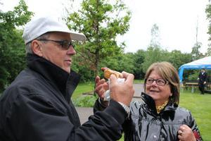 Makarna Christer och Märta Sjöström höll sig framme och köpte korv.