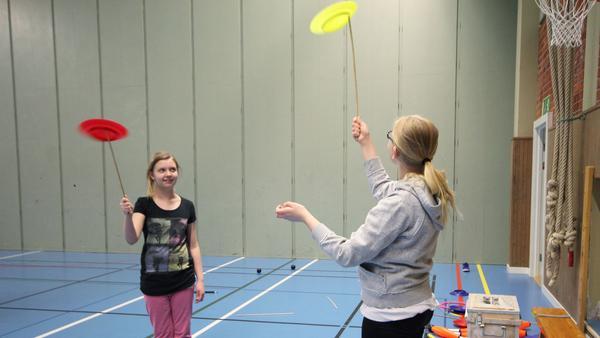 Mikaela Viik och Fanny Hjertqvist testade på att snurra tallrikar.