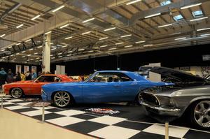 En orange Chevrolet Camaro -69, en blå Chevelle -66 och en gråsvart Mustang Fastback.