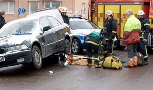 HADE DÅLIG SIKT. Räddningstjänsten fick hissa upp bilen för att få ut hunden, den var dock så skadad att den måste avlivas. Bilens förare är misstänkt för vårdslöshet i trafik.