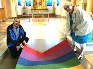 Yngve Wiik och Christina Meltin Westerlund visar mattan som gjort domkyrkan världsberömd.