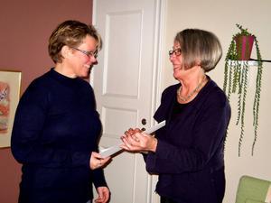 Bentia Vikström, ansvarig för Blåklockan, får julgåvan av logens övermästare Britt-Marie Andersson.