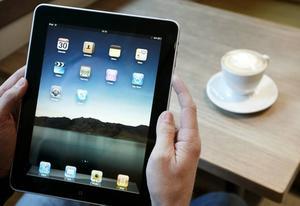 DYRT. Med en läsplatta i var persons hand kan utlånen av e-böcker bli kostsam för biblioteken.