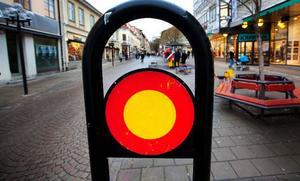 """Förbud mot trafik med fordon, skylten finns bland annat i korsningen Thomégränd/Prästgatan. De som har tillstånd att parkera på handikapparkering får dock köra förbi skylten, likaså de som ska in i parkeringsgaraget en bit in på gatan. """"Förbudet gäller även cyklister. Det finns visserligen ett cykelställ längre bort, men då får man leda cykeln dit"""", säger Anders Sandqvist."""