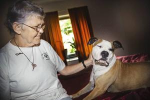 Birgit Johansson, 64 år, med sin hund Silvia som känner av när blodsockret sjunker.