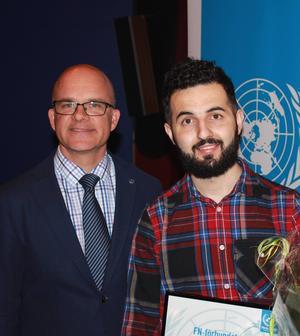 I Sverige handlar diskussionen ofta om kränkningar av mänskliga rättigheter i andra länder, men det är viktigt att uppmärksamma även brister i vårt eget land. Soran Ismail har fått FN-förbundets pris för insatser för mänskliga rättigheter i Sverige. Här ses han tillsammans med FN-förbundets ordförande Aleksander Gabelic.