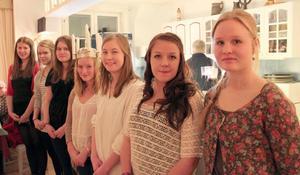 Årets lucia i Järvsö blev Evelina Kylin-Blom, i mitten, som här fått kronan på huvudet, tärnor är, från vänster, Josefin Lingström, Emma Lindberg, Annlinn Mickelsson, Bella Franzén, Mikaela Andersson och Stina Rask.