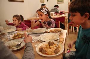 Talia, 4 år, Lin, 8 år och Omar, 9 år från Syrien.