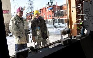 Margareta och Yngve Aller från Vibberbo tycker om hantverk och fastnade i skyltfönstren en stund. FOTO: CHRISTER NYMAN