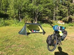 För det mesta är det tält som gäller om det inte finns något vindskydd att sova i.