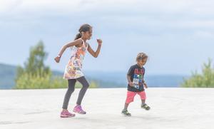 Två av festivalens unga besökare leker med varandra uppe på den stora betongplatformen