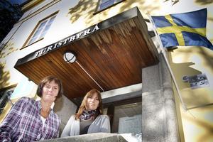 Turistbyråpersonalen Christina Myhrer och Annika Ahlgren bjöd på kaffe på Turismens dag.