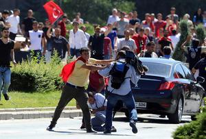 Erdogans supportrar ger sig på journalister i samband med en stödprotest för presidenten och emot kuppmakarna.