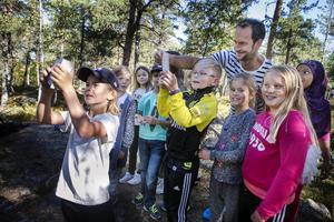 Besöket från Anders Södergren var populärt bland eleverna som var snabba att ta selfies med skidesset.