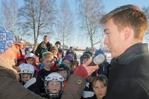 Tobias Forsberg fick svara på många frågor vid rinkside.