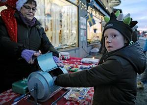 Med förhoppningen att vinna en tidig julklapp köpte Colin Johansson lotter under lördagens julmarknad i Grängesberg.