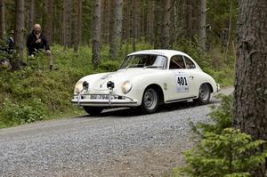 Noraborna Torgny Arvidsson och Per-Arne Svensson i en Porsche 356 tillverkad 1958, tävlande för stallet Ecurie Garde Forestier, namnet inspirerat av Torgnys tidigare yrkesförflutna på Skogsstyrelsen.