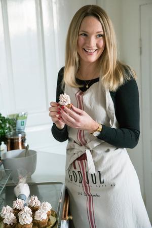 Cupcakes är en av Lindas favoriter att baka då de går att variera i oändlighet. Till jul gör hon dem med pepparkakskryddor och en topping av lingongrädde.
