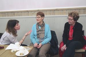 Skådespelaren Anna Pareto pratar med Ljusneborna Birgitta Tapper och Inger Brelin efter repetitionen.
